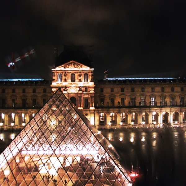 Foto a la piramide del Louvre, Paris, France